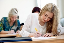מחקר חדש חושף: סטודנטיות יפות מקבלות ציונים גבוהים יותר במבחנים