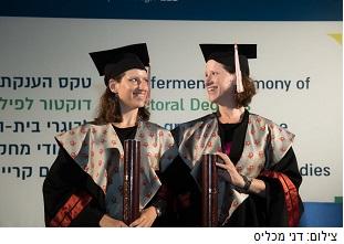 התאומות הזהות שלמדו יחד כל הדרך לדוקטורט