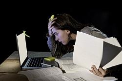 ללמוד כל הלילה למבחנים - האם זה באמת תורם לנו?